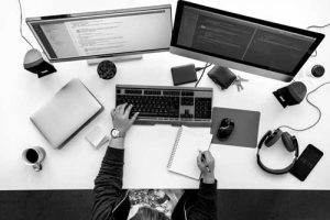 people-working-on-computer-pc-on-white-table-PUQTLN8_cervena